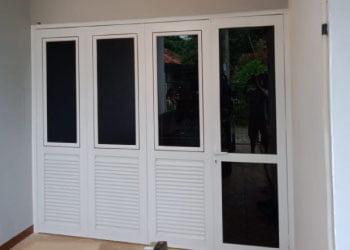 Pengerjaan Jendela Lipat dan Pintu Kaca Aluminium